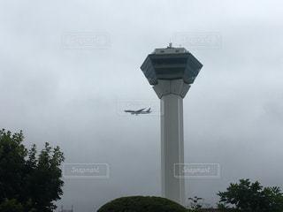 曇り空の下に座って背の高い時計塔の写真・画像素材[885894]
