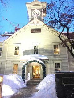 雪の中で大きな時計塔が立っています。の写真・画像素材[886028]