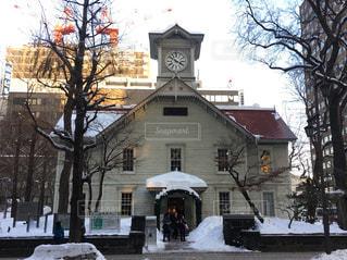 雪の中で座っている大きな時計塔の写真・画像素材[890062]