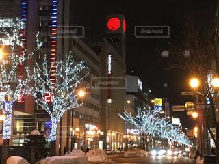 近くに夜の忙しい街のアップの写真・画像素材[890064]