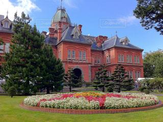 庭の赤い花の大型ビル - No.890069