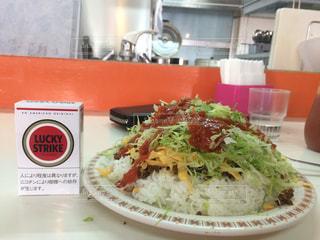 テーブルの上に食べ物のプレートの写真・画像素材[901464]