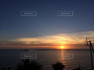 水の体に沈む夕日の写真・画像素材[901531]