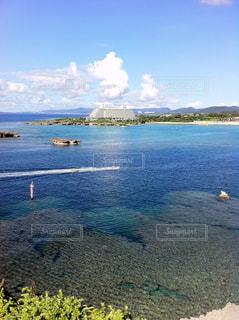 水の体の真ん中に島の写真・画像素材[901532]