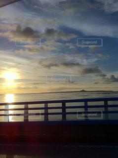 水の体に沈む夕日の写真・画像素材[901562]