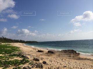 海の横にある砂浜のビーチ - No.901637