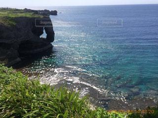 水の体の横にある岩の海岸 - No.901871