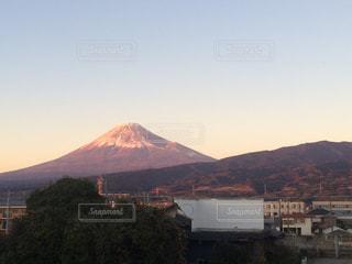 背景の山と都市のビューの写真・画像素材[957923]