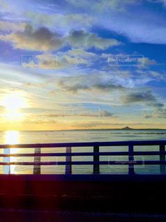 水の体に沈む夕日の写真・画像素材[1116276]