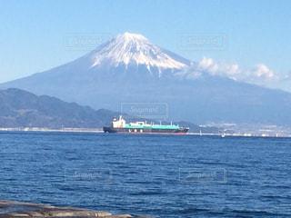 背景に富士山と水の体中の小型船の写真・画像素材[1135404]