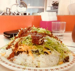 テーブルの上に食べ物のプレートの写真・画像素材[1280021]