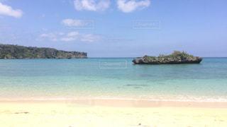 水の体の横にあるビーチの写真・画像素材[1314862]