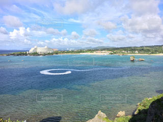 水の体の真ん中に島の写真・画像素材[1392036]