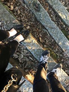 恋人,2人,カップル,靴,足元,足,日差し,落ち葉,夫婦,ふたり,脚,男女,ツーショット