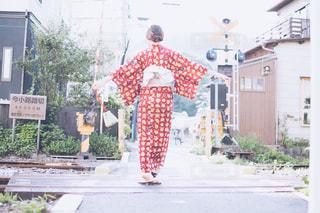 建物の前に立っている男の写真・画像素材[710434]