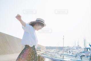 ボートに立っている人の写真・画像素材[710485]