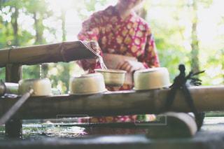 ケーキを切る男の写真・画像素材[966400]
