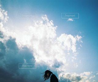 曇りの日に空を飛んでいる人の写真・画像素材[1233962]