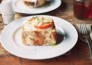 テーブルの上に食べ物のプレートの写真・画像素材[1285517]
