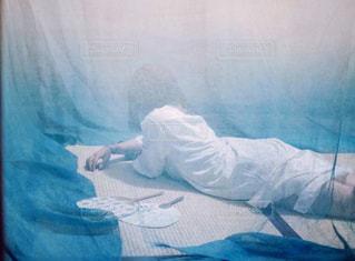 ベッドの上に座っている人の写真・画像素材[1326774]