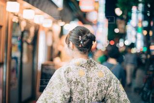店の前に立っている人の写真・画像素材[1430237]