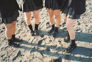 砂の中に立っている人々 のグループの写真・画像素材[1809030]