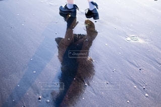 スケートボードに乗りながら空を飛んでいる男の写真・画像素材[2708183]