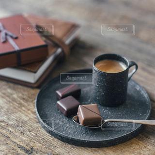 テーブルの上のコーヒー カップの写真・画像素材[1748021]
