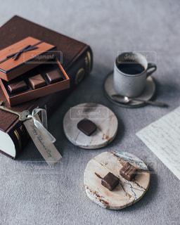 コーヒー カップの横に壊れたプレートの写真・画像素材[1750684]
