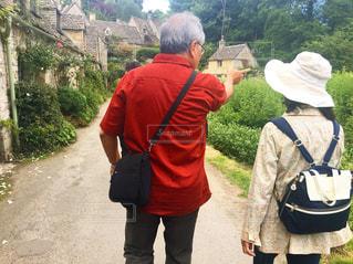 通りを歩く女と男 - No.720614