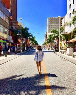 街を歩く男の写真・画像素材[907271]