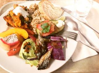 テーブルの上に食べ物のプレートの写真・画像素材[1287059]
