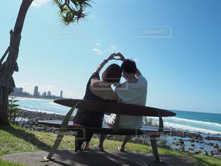 海を望むベンチに座っている女性の写真・画像素材[800279]