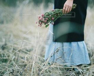 花を持っている人の写真・画像素材[4226114]