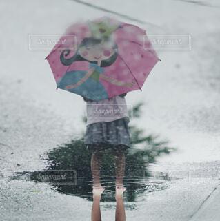 ピンクの傘を持っている人の写真・画像素材[4585201]