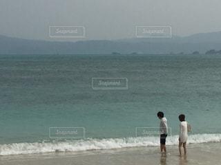 海,カップル,波打ち際,沖縄,ツーショット