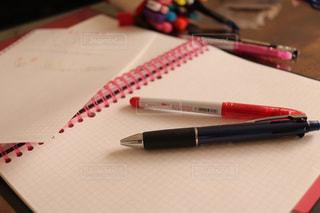 テーブルの上のノートの写真・画像素材[1702308]