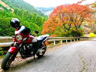 道の端にバイクに乗る男の写真・画像素材[876710]
