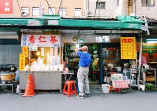 店の前に立っている男の写真・画像素材[926343]
