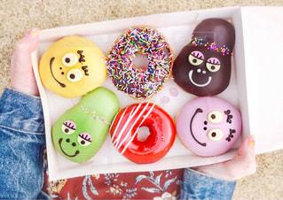 ドーナツを持ってピクニックの写真・画像素材[1036430]
