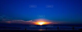 水の体に沈む夕日の写真・画像素材[960275]