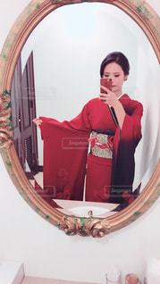 カメラにポーズを鏡の前で立っている女の子 - No.893026