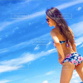 ビーチに立っている女性 - No.893027