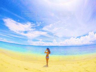 ビーチに立っている人の写真・画像素材[923761]