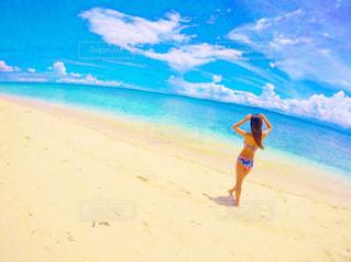 砂浜の上に立っている人の写真・画像素材[1104455]