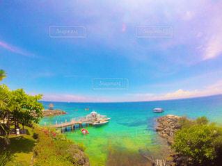 水の体の上の虹の写真・画像素材[1104459]