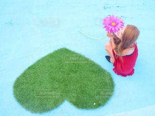 草の中に立っている少女の写真・画像素材[1114353]