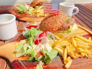 近くにサンドイッチとテーブルにフライド ポテトのの写真・画像素材[1149681]