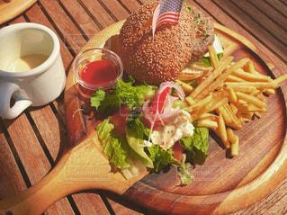 木製テーブルの上に座って食品のプレートの写真・画像素材[1291437]