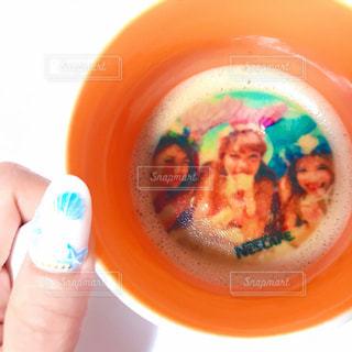 プラスチック製のカップを持っている手の写真・画像素材[1468577]